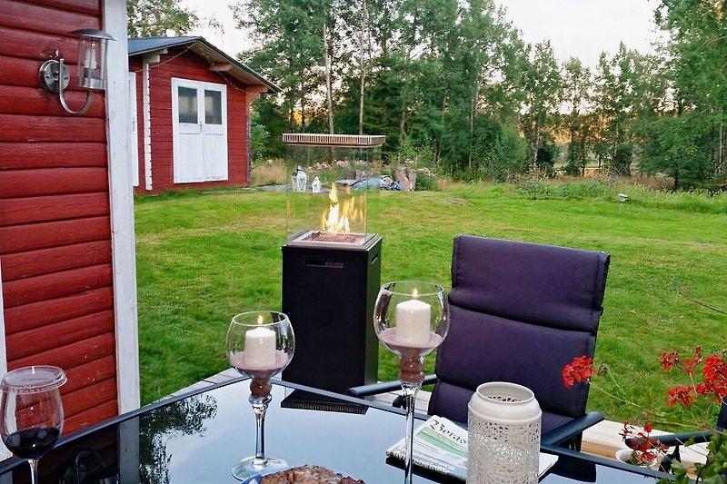 Terrasse, einfach herrlich hier zu Frühstücken oder den langen schwedischen Abend zu verbringen
