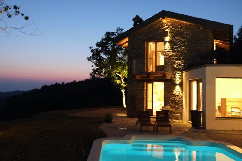 Haus am Abend mit Außenbeleuchtung