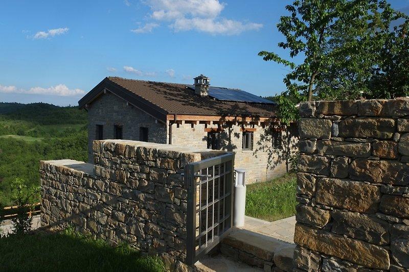 Haus von Poolanlage aus gesehen