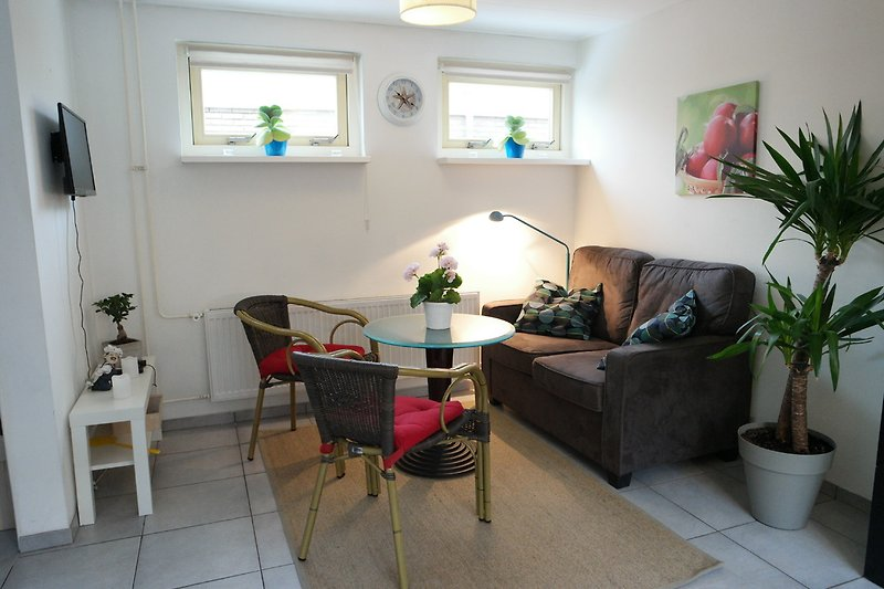 Helle Wohnzimmer mit Sitzbereich und Küche