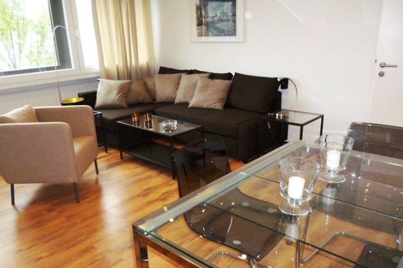 Das Wohnzimmer mit Ess- und Sitzbereich