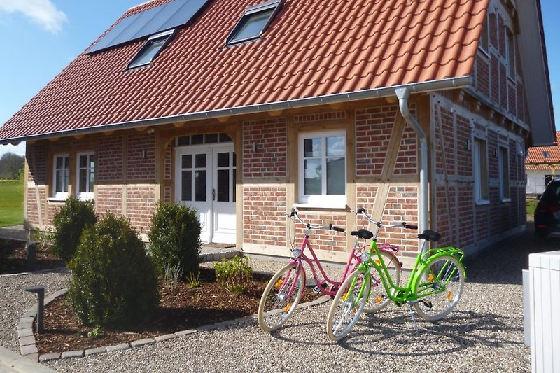Modernes Fachwerkhaus mit landschaftstypischem Garten