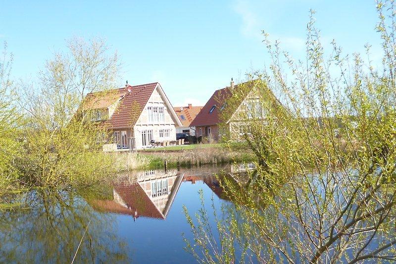 Die beiden Landhäuser am Teich