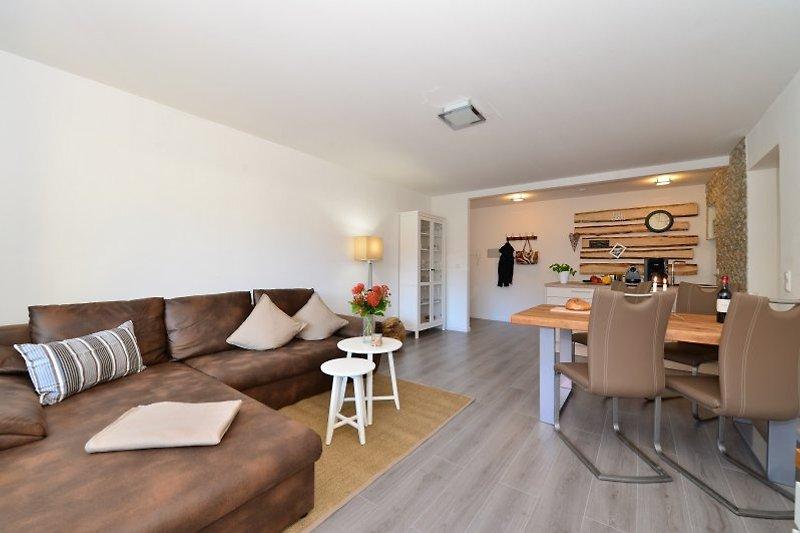 Wohnraum und Sofa der Fewo edelWEISS