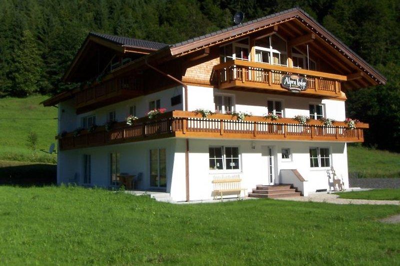 Charivaris Alpenlodge im Sommer