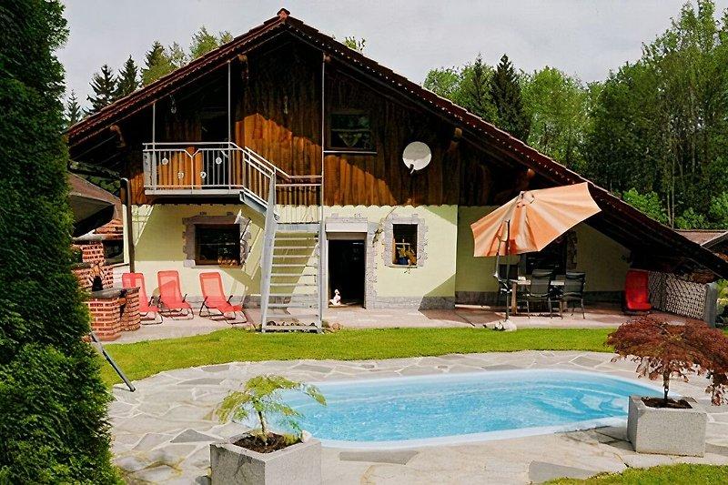 Garten mit Pool/Treppe zur Ferienwohnung