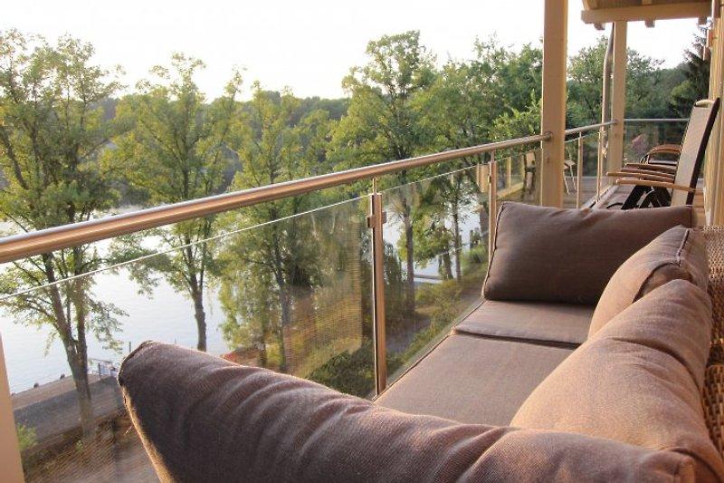 ihre Couch auf dem Balkon
