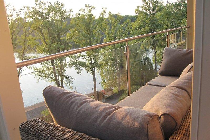 gemütliche Couch auf dem Balkon