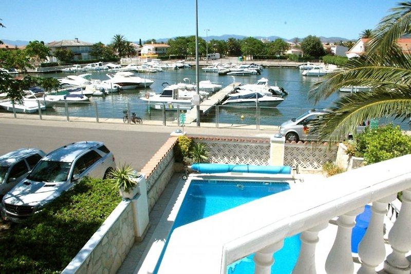 Blick von dem Balkon in den kleinen Hafen