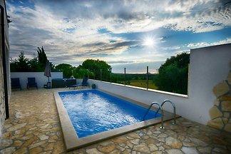 Mingoni de vacaciones con piscina