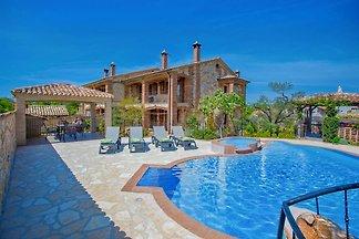 Manuel Ograda mit Pool
