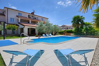 Modern apartment with pool, free Wi-Fi and air conditioning, ideal for a family