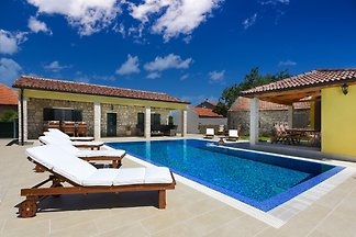 A beautiful, dalmtian stone house Villa with large terrace, pool and garden for 10 persons.