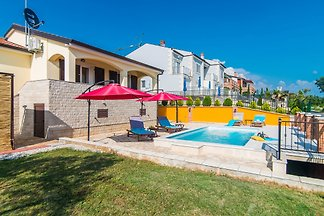 Nono with pool