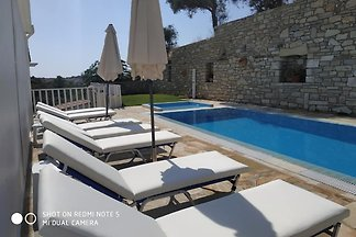 Villa Leonidas- with heated pool