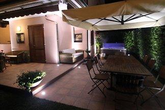 Villa mit Garten und Jacuzzi