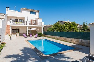 This lovely terraced house with private pool is located in Llubí, in the centre-north of Mallorca and welcomes 8 people.