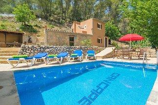 Die Naturstein-Finca mit privaten Pool befindet sich in den Bergen von Andratx und bietet 4 Gästen ein zweites Zuhause.