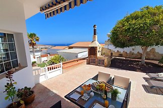 Beautiful, cosy house in quiet location with 2 bedrooms, large kitchen, living/dining room, bathroom, laundry room, large garden and terrace with magnificent sea views.