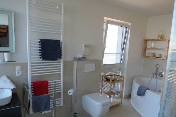 Badezimmer Mit Großer Wanne Und Whirlpoolfunktion.