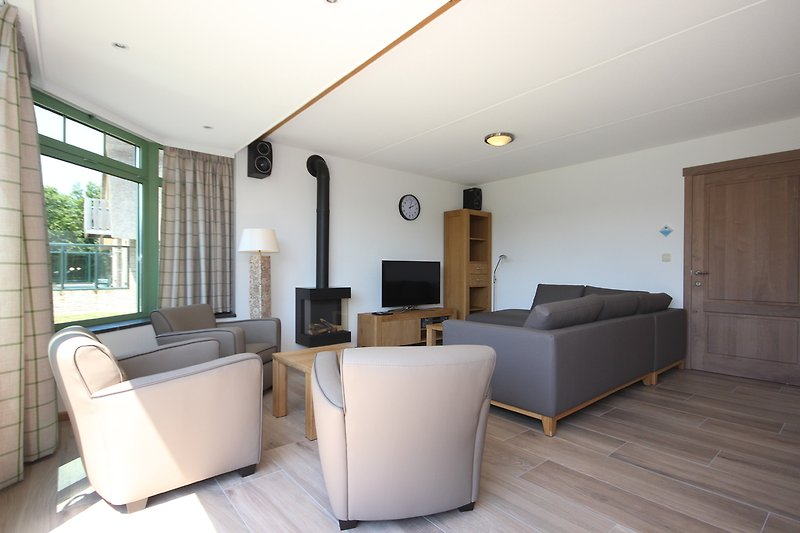 Sitzbereich mit TV und Gaskamin