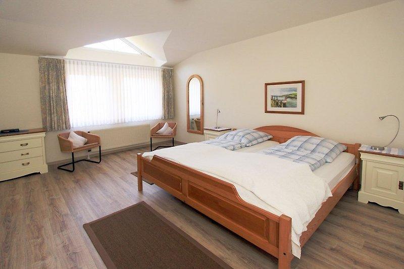 Schlafzimmer mit Doppelbett, und Schrank