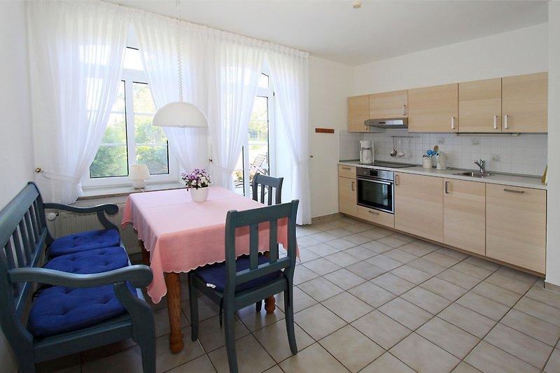 Komplette Küche mit Terrassenzugang