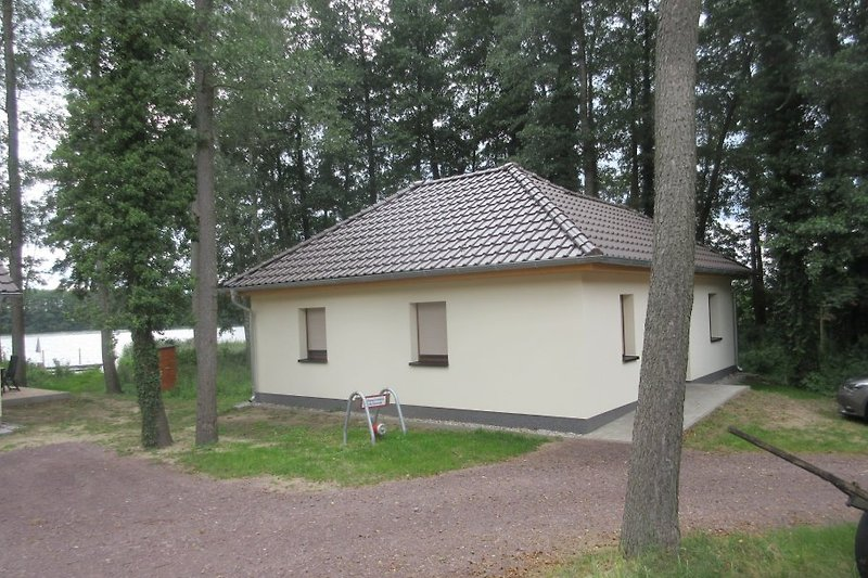 Winkelbungalow am See