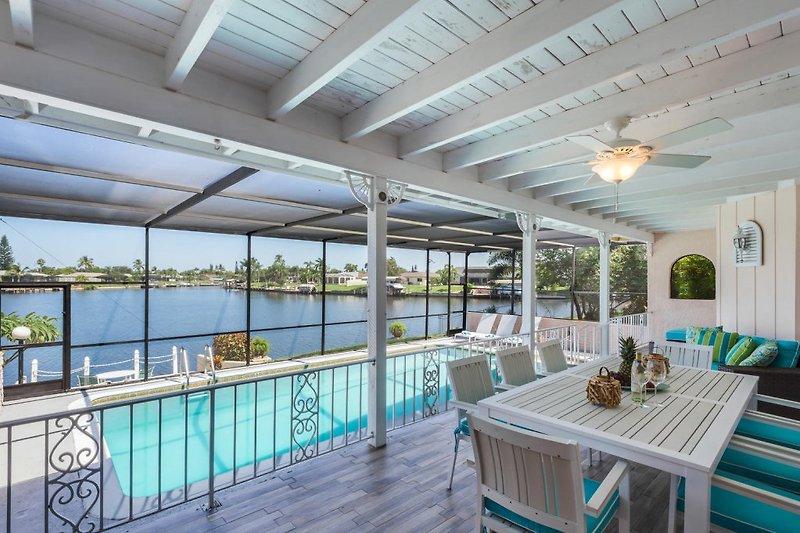 Terrasse mit Pool und Wasserblick