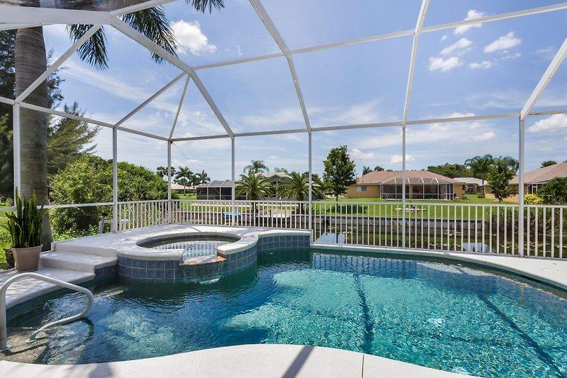 Terrasse mit Pool und Spa