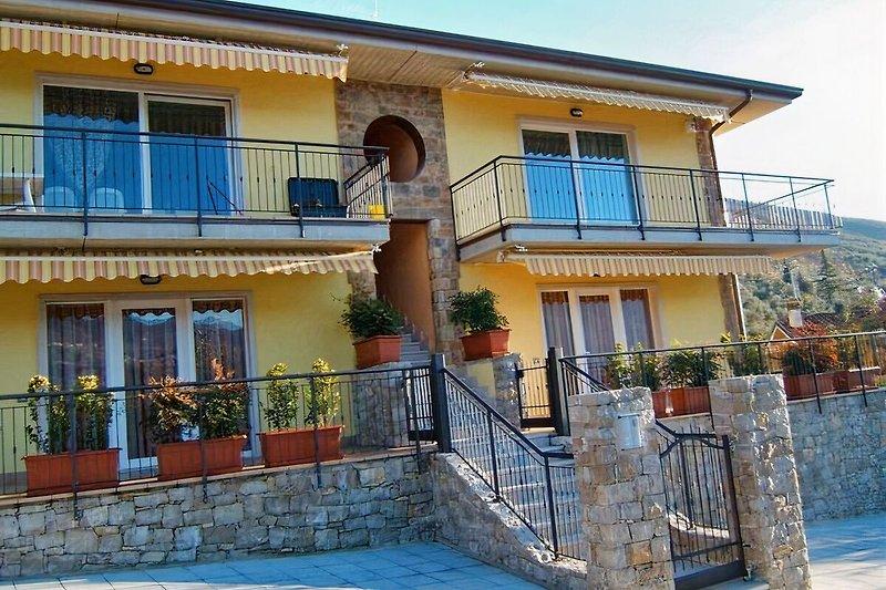 piscina mit apartamentos MARY en Brenzone - imágen 2