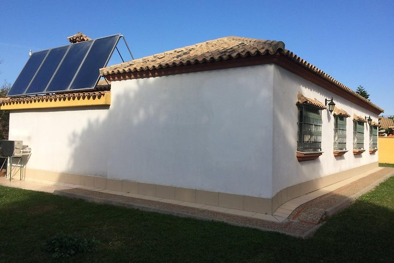 hintere Ansicht mit Solaranlage