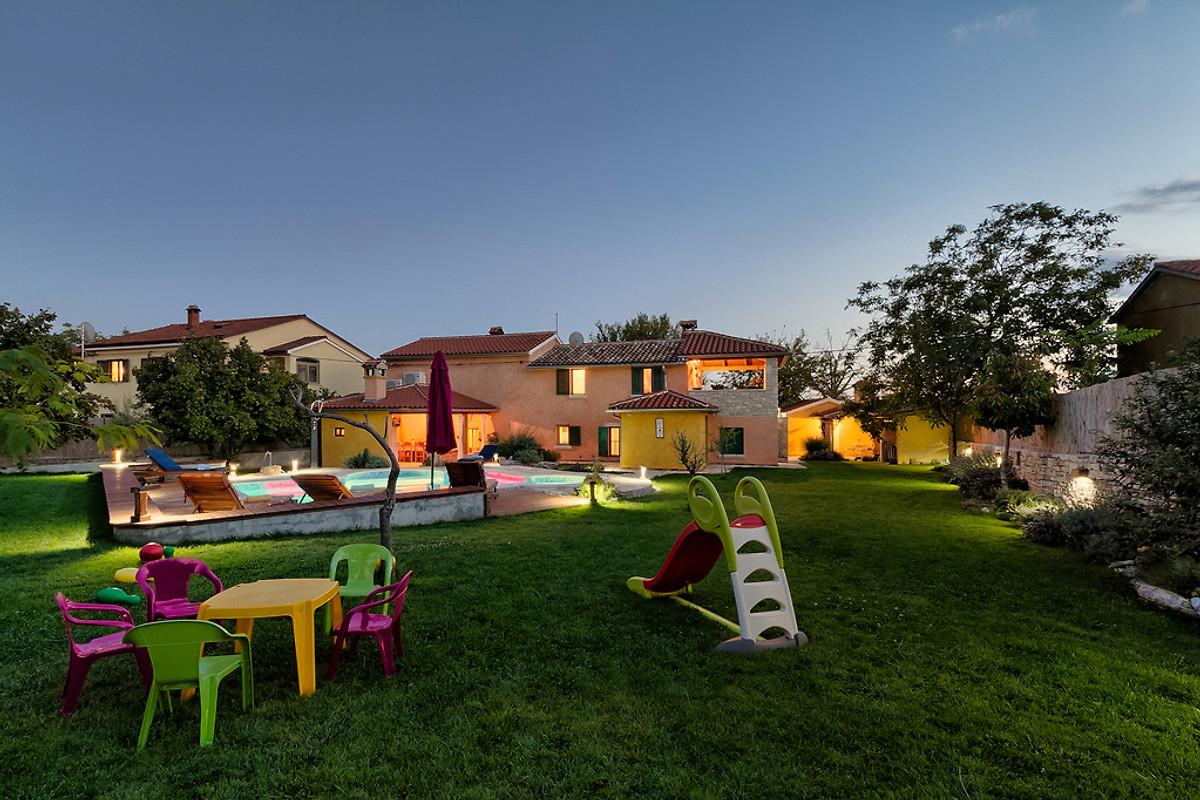 ferienhaus villa loreta mit pool ferienhaus in svetvincenat mieten. Black Bedroom Furniture Sets. Home Design Ideas