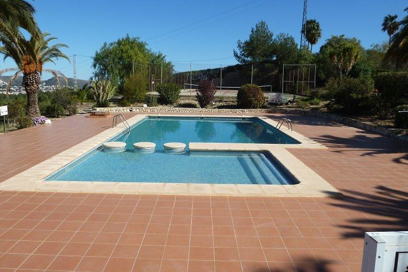 Großer Pool + Tennisplatz