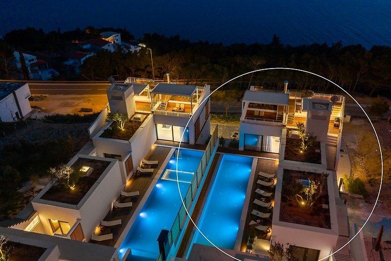Die Wind Rose Wellness Villas bestehen aus zwei identischen modernen Villen im Dorf Marušići an der Riviera Omiš.