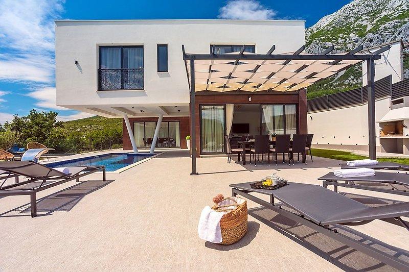 Neue und stilvolle Villa Bruna mit 32 m² beheiztem Pool, Sauna, Billard und Medienraum
