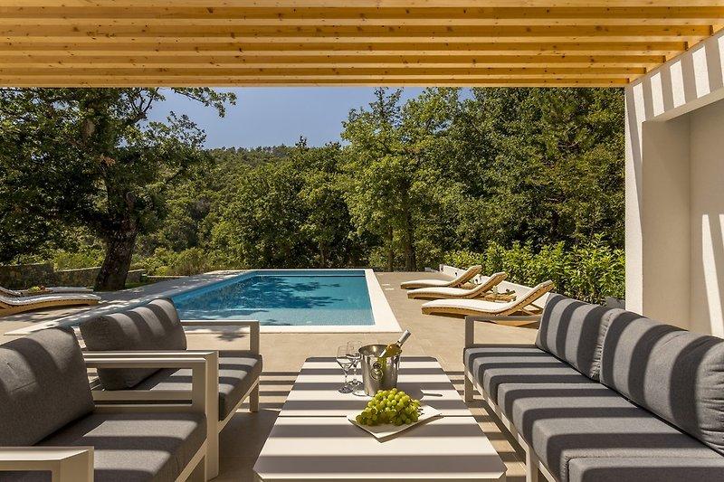 Genießen Sie diese entspannte und ruhige Umgebung, die das Anwesen der Villa Ventura bietet