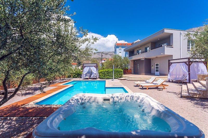 50m2 privater, beheizter Pool mit Gegenstrom-Programm, Massage und JACUZZI neben dem Pool