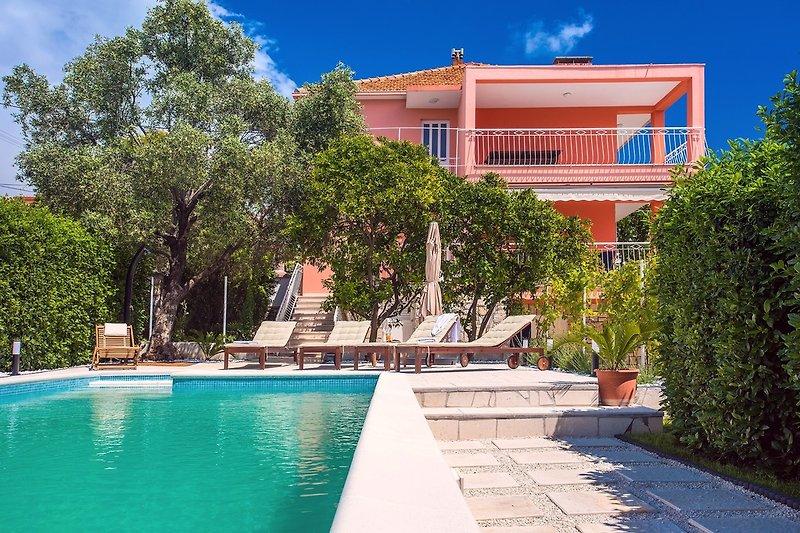 Villa Dawn mit beheiztem privatem Pool, in fußläufiger Entfernung zum Kiesstrand (100m)