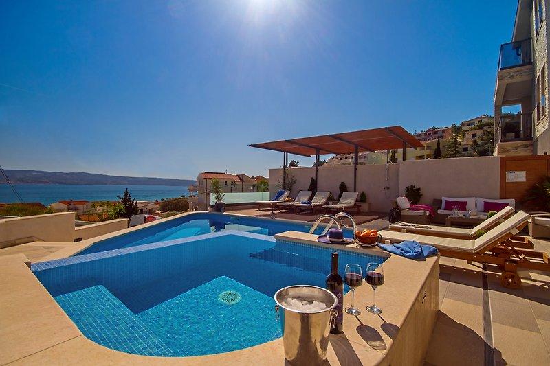 VILLA BANE- private 32m2 heated pool & jacuzzi, billiards, 5 bedrooms ensuite