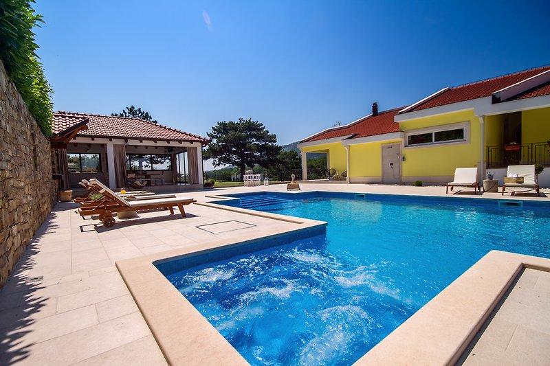 Privater Pool 12mx5m mit Whirlpool 2,5mx2m & geräumige Sonnenterrasse