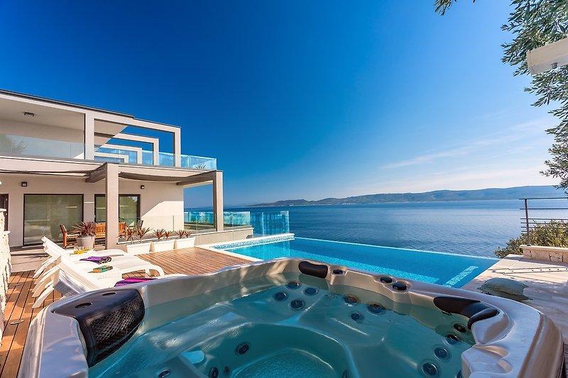 VILLA HRID mit beheiztem Infinity-Pool mit Massage und Privatstrand