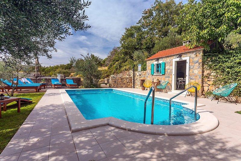 VILLA VULTANA mit 30m2 privatem, beheiztem Pool, 4 Schlafzimmern und Spielbereich