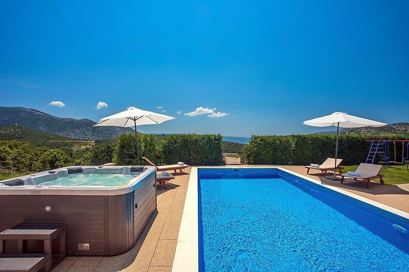 Villa Calma mit beheiztem Pool, Jacuzzi, finnischer Sauna und 4 Schlafzimmern