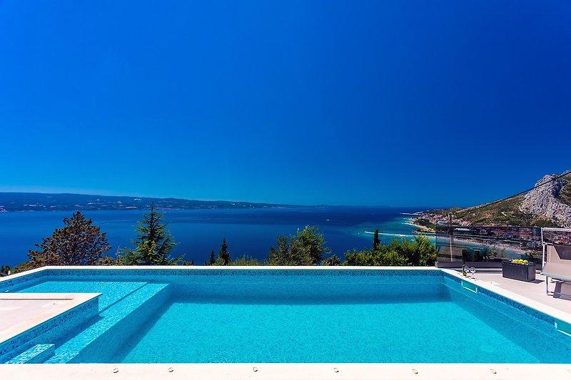 Die Villa bietet einen offenen Panoramablick auf das Meer in einer ruhigen und privaten Umgebung