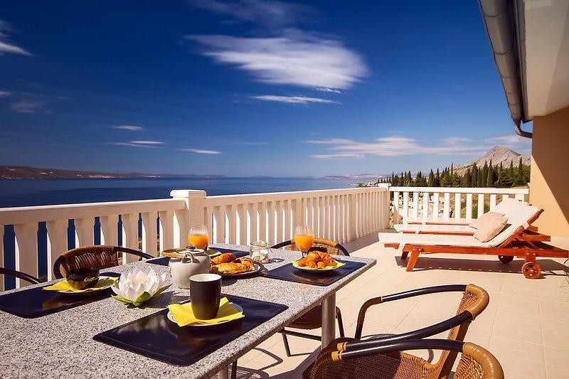 Erstaunliche Meer- und Inselansicht von der 3. Etage Terrasse mit Gartenmöbeln
