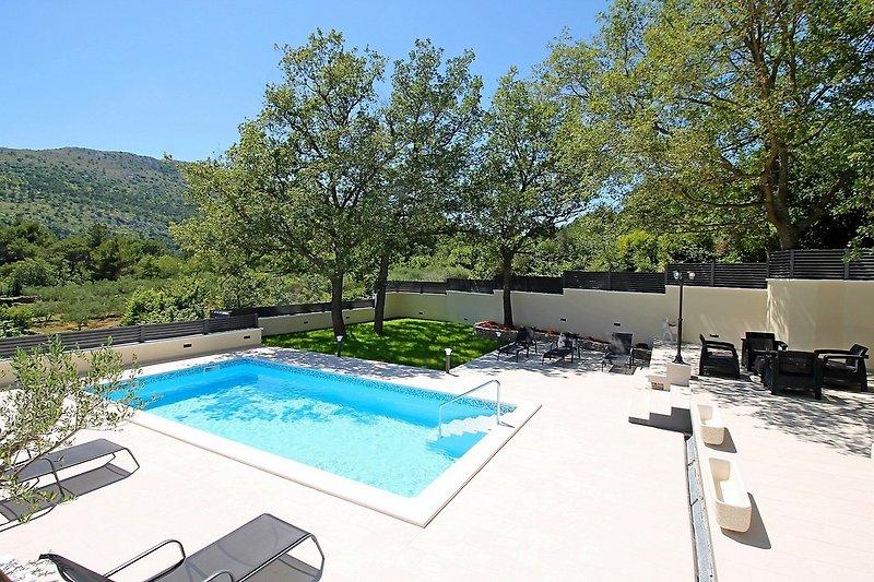 Villa Škura - privater Pool 32m2 und voll ausgestattete Sommerküche mit Grill & TV