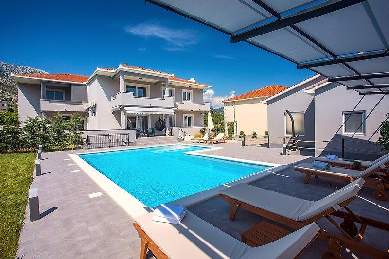 Villa Bego - Pool mit angeschlossenem Whirlpool neben der Sommerküche und dem Spielplatz