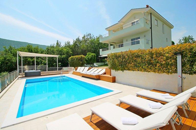 VILLA LOVRIĆ mit privatem 38m2 beheiztem Pool, Jacuzzi und Sauna