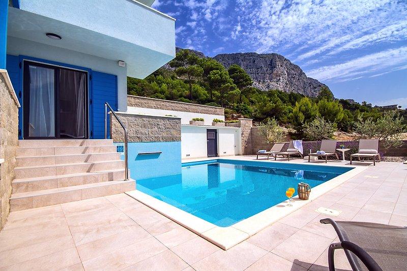 Privater beheizter 32qm Pool mit 6 Liegestühlen